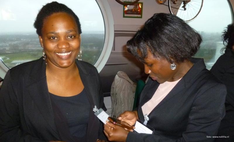 Twee netwerkende vrouwen nadat ze zich hebben gepresenteerd bij grote werkgever Conclusion