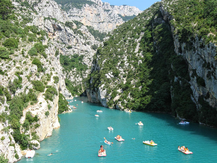 Boats floating in the turquoise water of the Gorges du Verdon in France