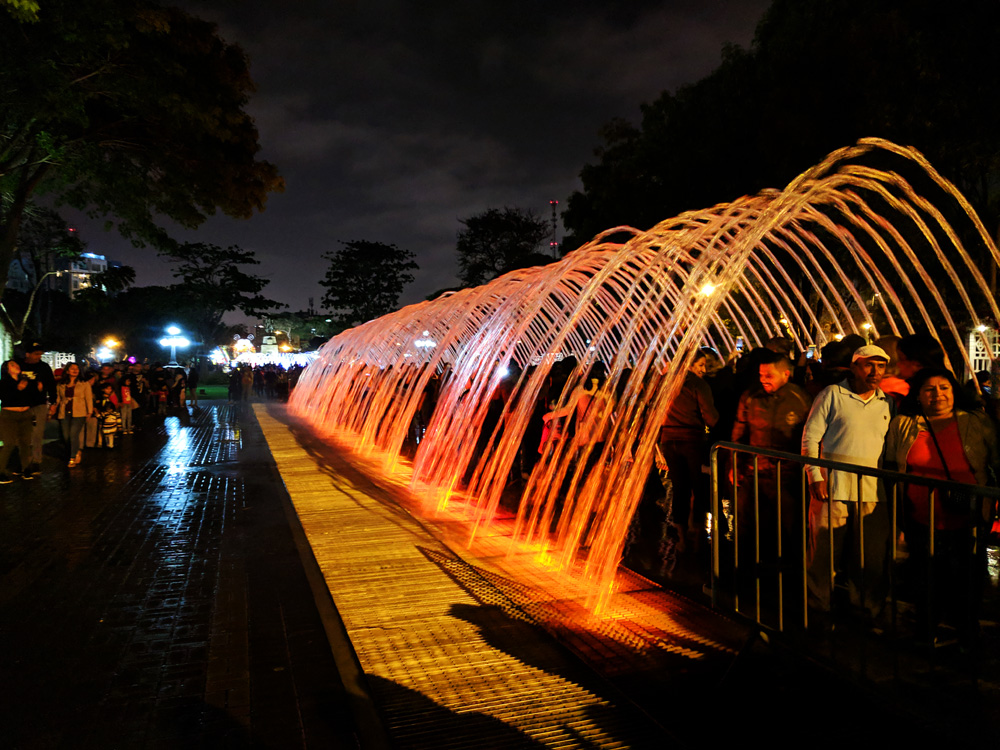 Visitors walking through a water tunnel at the Parque de la Reserva