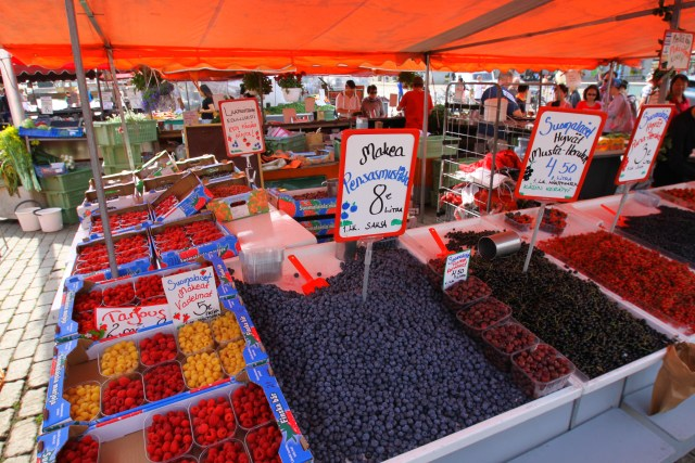 Fresh berries being sold at the Helsinki Market Square (Source: Benreis/Wikimedia).