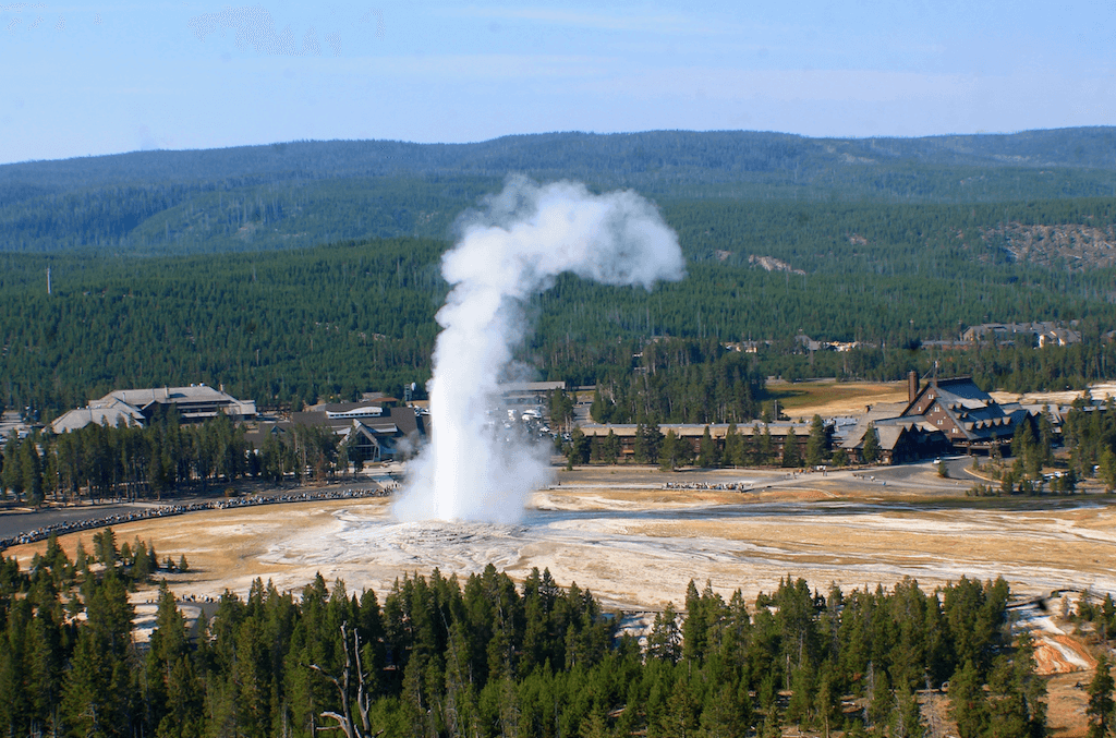 Yellowstone national park one day itinerary- Old Faithful erupting