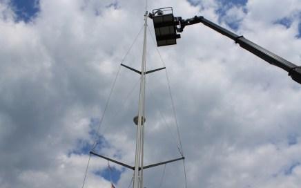 Op eenzame hoogte werken aan de mast van de NOMAS