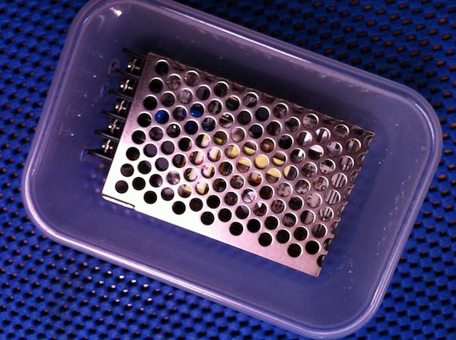 Deze converter past precies in het plastic bakje. Een deksel sluit het geheel af.