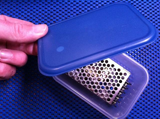 Deze converter past precies in het plastic bakje met deksel.