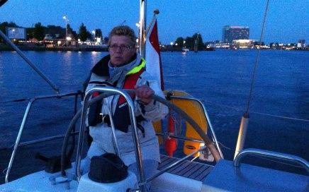 Ankie aan het roer van de Nomas in Amsterdam
