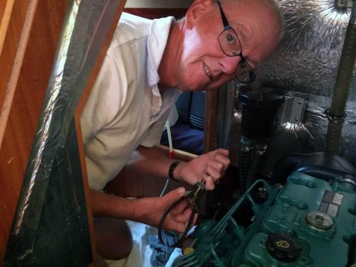 Cees sleutelt aan de motor van de Nomas.