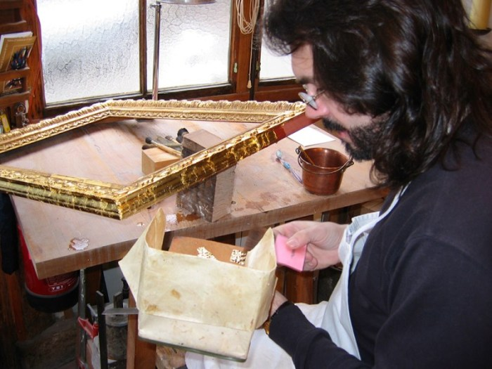 atelier-nombre-or-doreur-feuille-bois-bruno-toupry-restaurateur-designer-oeuvre-art-paris-reparure-mobilier-stage-dorure-formation-élève