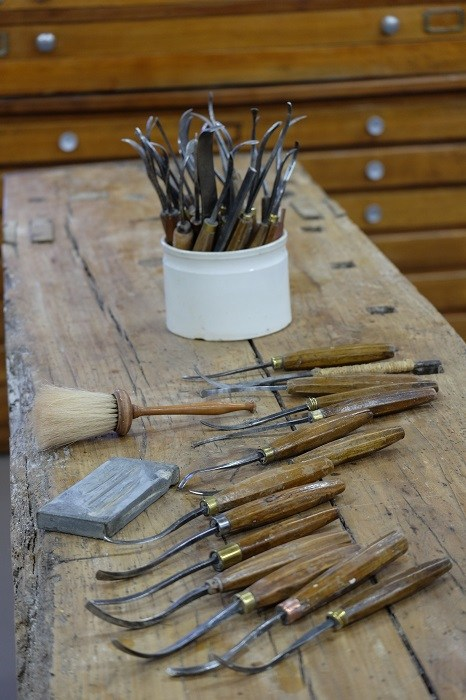 fers-à-reparer-atelier-nombre-or-doreur-feuille-d'or-bois- staff-métal-verre- résine-plâtre-bruno-toupry-restaurateur-designer-oeuvre-art-paris-dorure-sculpture-or-ebenisterie-reparure-fer-à-reparer