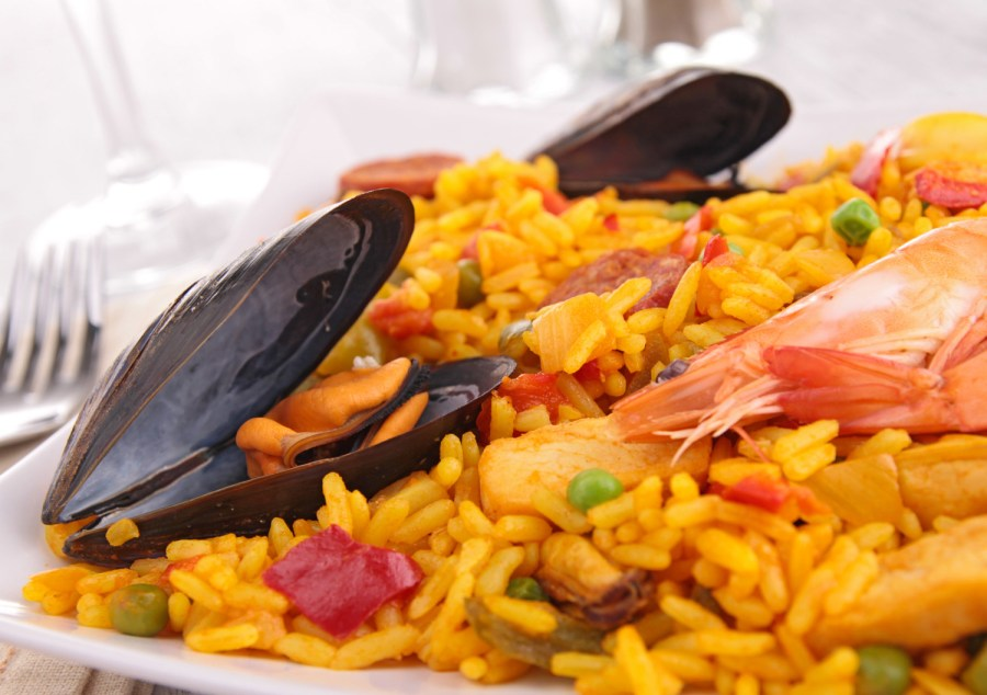 medium rice grains - paella