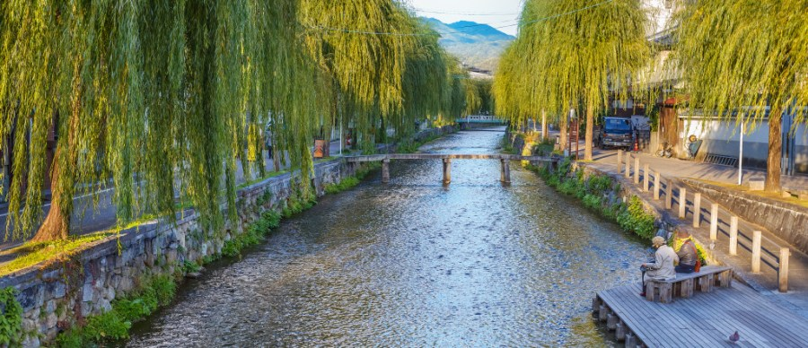 Shirakawa canal in Kyoto KYOTO, JAPAN - NOVEMBER 18: Shirakawa Canal in Kyoto, Japan on November 19, 2013. The canal is lined by willow trees, restaurants and ochaya, many of which have rooms overlooking the canal