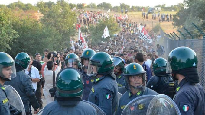 No all'inganno: migliaia di manifestanti dentro la base