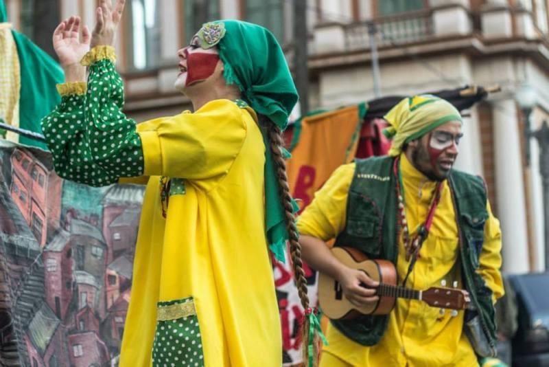 As peças da Cambada levantam críticas como os impactos da Copa do Mundo nas favelas (Crédito: Cambada de Teatro)