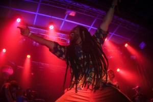 DJ DanDan acompanhou Criolo nos vocais e deu uma mostra de seu trabalho na Discopédia (foto: Ita Pritsch/Nonada)