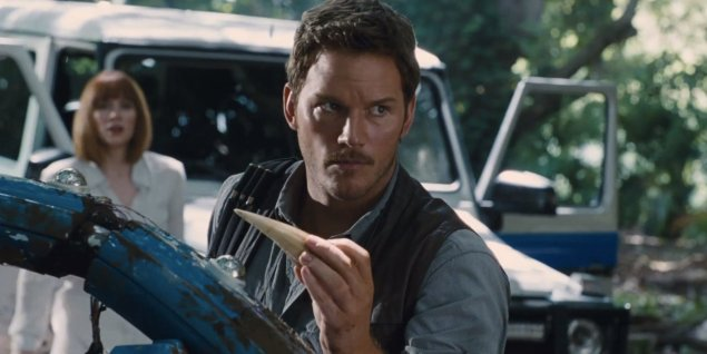 Chris Pratt encara o caçador (Crédito: Universal Picture)