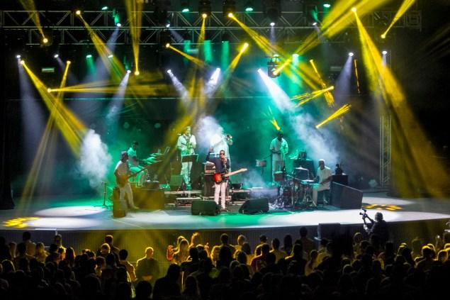 Iluminação verde e amarela para o hit dos anos 90 W/Brasil (Foto: Rafael Casagrande/Nonada)