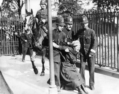 Sufragista sendo arrastada e agredida pela polícia em 1910