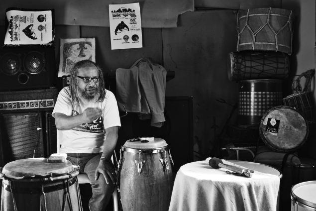 """Em meio a caixas de som e tambores, Mestre Telmo no """"Estúdio Caverna"""", como os integrantes da Kalunga chamam o espaço no Moinho Negro, onde surgiu a banda (Foto Douglas Freitas)"""