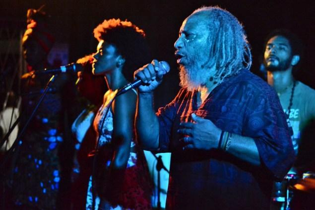 A Kalunga é puxada pelo vocal das mulheres e do Mestre Telmo. Na foto, Luany, Fabiana e Letícia, no Galpão do Ibge, lançamento do CD do La Digna Rabia. (Foto Douglas Freitas)