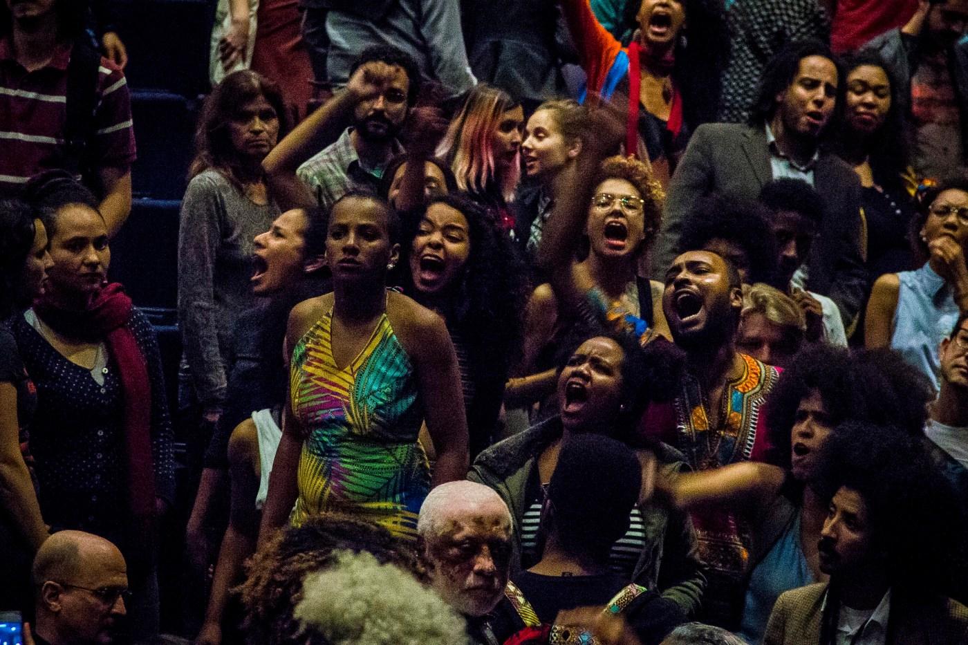 Negralisi condensa sua revolta em palavras e é ovacionada pelo público preto (Foto: Anselmo Cunha/Nonada)
