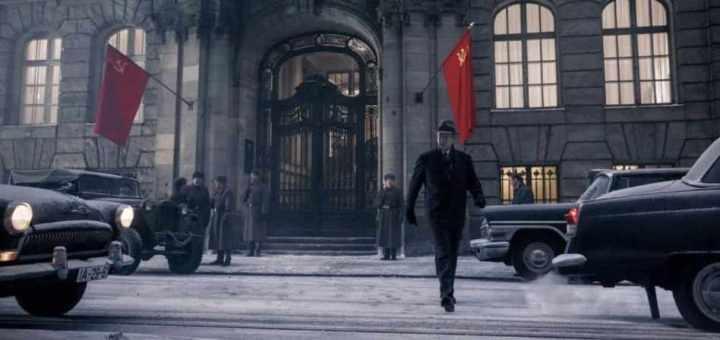 Una scena de Il ponte delle spie, che ha come protagonista Tom Hanks, Steven Spielberg, bandiere sovietiche