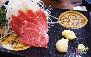 ซาชิมิเนื้อม้า (Basashi) 1,080 เยน เนื้อม้าสด ๆ แล่บาง ทานแนมกับ ขิง และ กระเทียมขูด พร้อม ต้นหอมญี่ปุ่นซอย