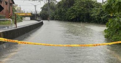 仁德保安車站旁潭稅橋淹水約近2米。(曹婷婷攝)