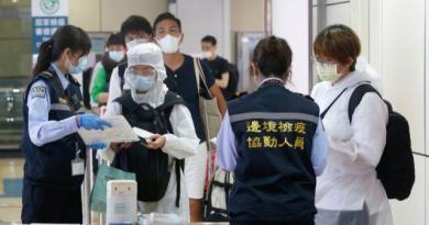 桃園機場入境旅客接受檢疫人員協助,確認是否正確填寫健康聲明卡。記者鄭超文/攝影