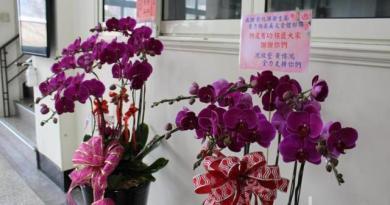 彰化衛生局這兩天湧進各界表達支持的花籃。記者林敬家/攝影