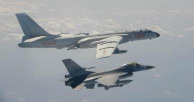 大陸轟6-k轟炸機先前飛越海峽中線或進入我方防識別區,我空軍F-16升空攔截。(圖/國防部提供)