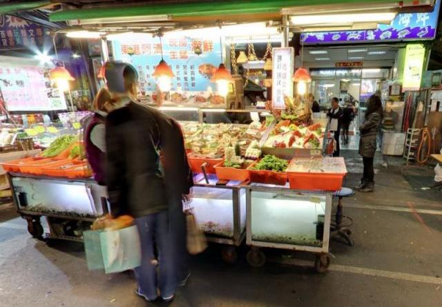 老字號東港阿清海產店老闆娘直嘆「生意不是很慘是超級慘!每個月都倒貼」,甚至脫口「未來若真的撐不下去就要收攤」。(圖片翻攝Google地圖)