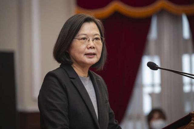 作者批評,總統蔡英文執政以來,雖講了不下千次的「顧台灣主權」,但他認為這是政府大內宣的迷幻藥,現在是台灣人民活得最沒有尊嚴的黑暗時刻。(取自總統府)