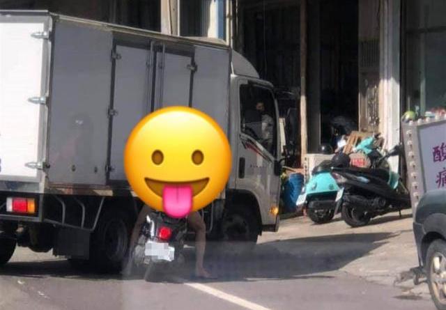 台南市今(22日)民眾直擊有男子全裸騎機車在路上。(臉書社團《台南爆料公社-台南最大社團》/蘇育宣翻攝)