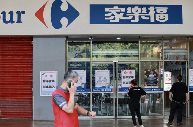 中央畜產會董事長林聰賢表示,經清查已有60餘家遭下架台灣豬標章 ,其中包含大型通路商家樂福。家樂福立刻發出強硬聲明,表示他們是主動撤下標章,是畜產會前後標準不一。記者曾原信/攝影