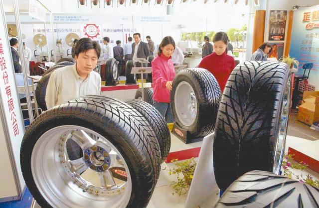 美國商務部裁定對台灣輪胎課徵反傾銷稅率為52.42%~98.44%。圖為大陸民眾參觀台灣橡膠業者的輪胎產品。(新華社)