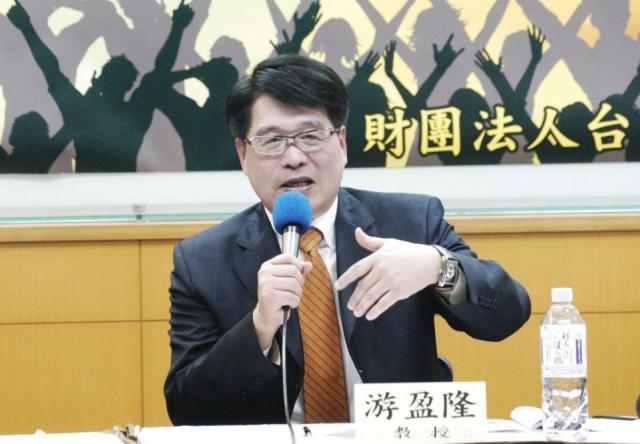 台灣民意基金會董事長游盈隆認為蔡英文的「窒息式兩岸操作手法」,將島內獨派、統派和對岸老共,玩弄於股掌之間。圖:張良一/攝(資料照片)
