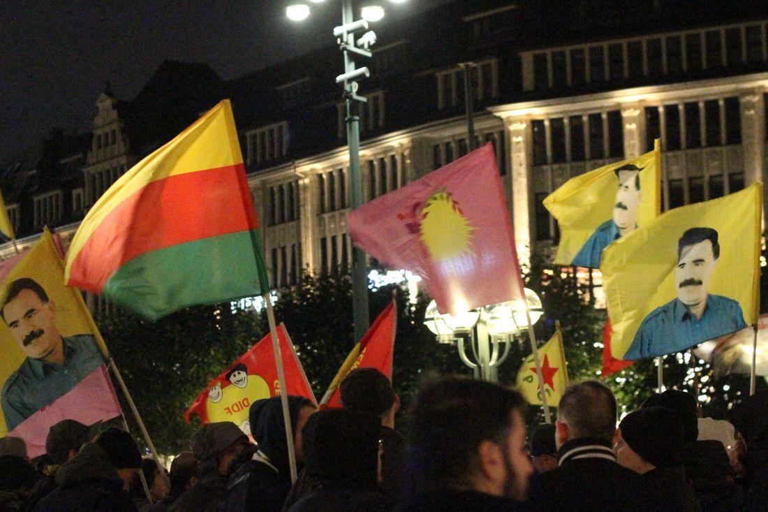 Die Fahnen mit dem Foto von Abdullah Öcalan sind gnadenlos veraltet.