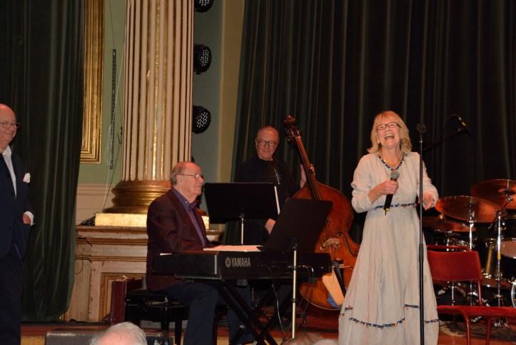 Britt sjunger på jubileet.