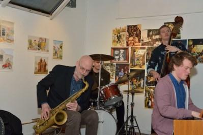 Jan spelar saxofon