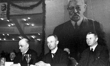 Brüning fruktade med rätta att Hitler skulle väljas till rikspresident om HIndenburg inte ställde upp i presidentvalet eller dog. Han övertalade därför den gamle mannen att ställa upp i presidentvalet 1932. Hitler kom på andra plats med över 11 miljoner röster.