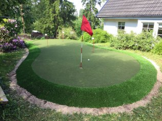 Golf-tekonurmi kotipihalla