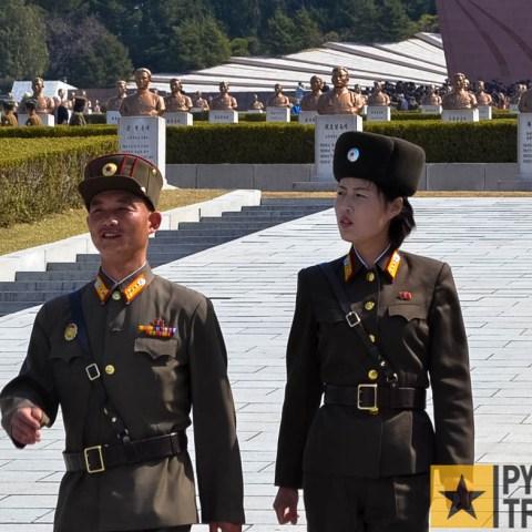 2 Soldaten auf dem Friedhof der Revolutionshelden