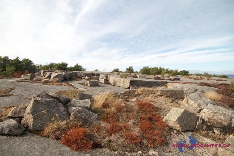 Zunächst führt der Weg über flache Felsen