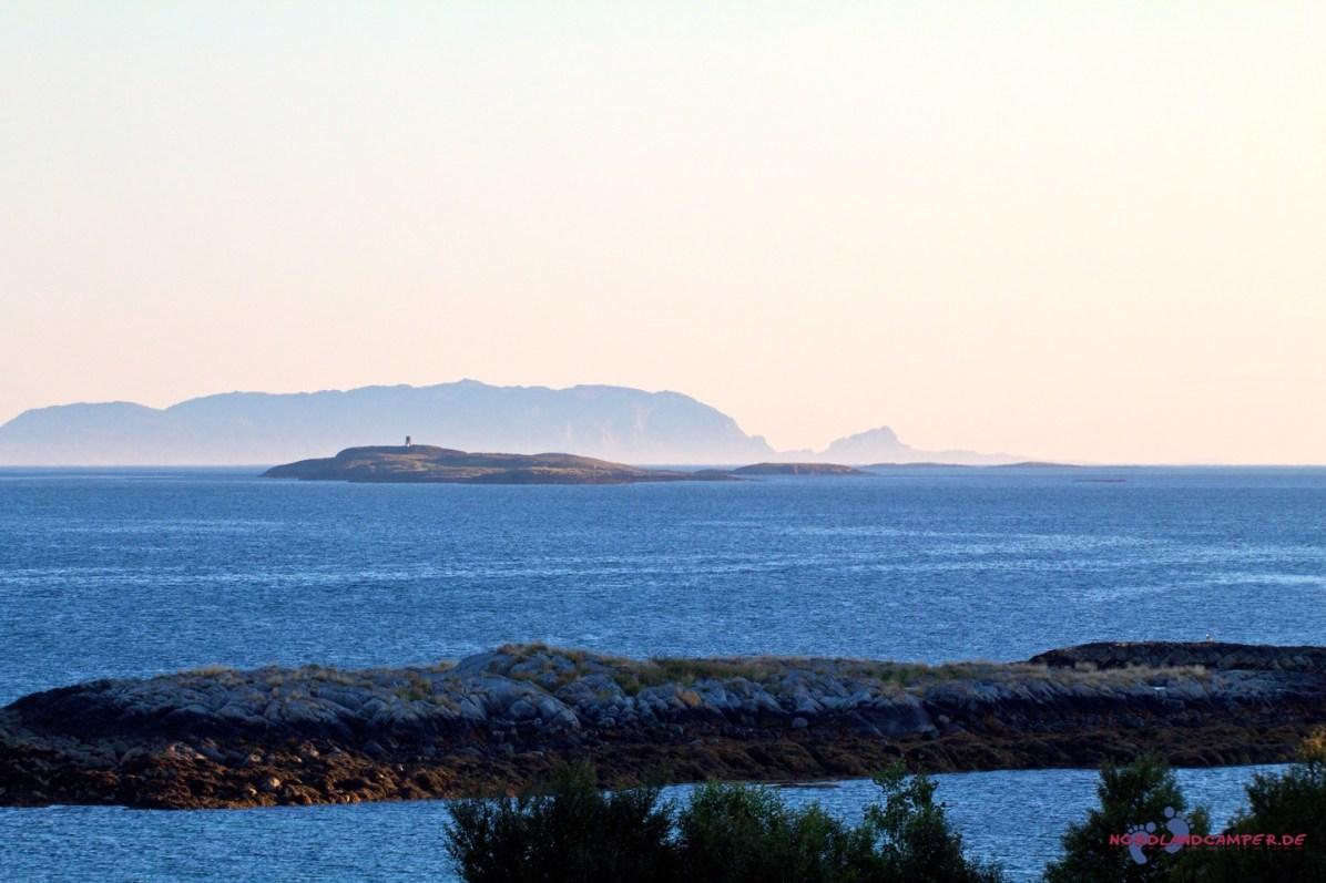 Die Inseln verschwinden langsam im Abendnebel.