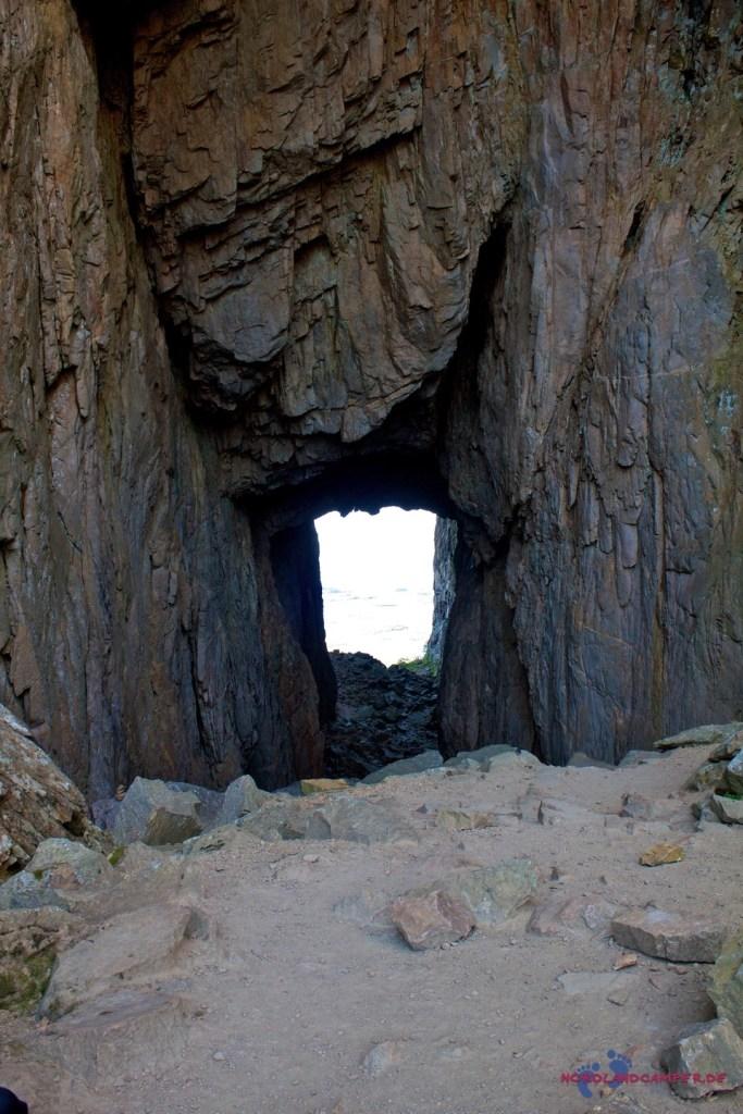 Durch den Fels.