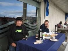 Her ser vi undertegnede - Valerius Hildonen-Nilsen, 13. plass på lista, som sitter ved kaffebordet og en besøkende har også funnet seg plass ved kaffebordet til Árja denne fredagen i Lakselv. Foto: Helen Johannessen.