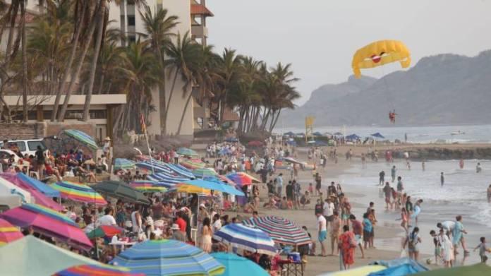 Luce Mazatlán lleno de turistas; playas y vialidades concurridas