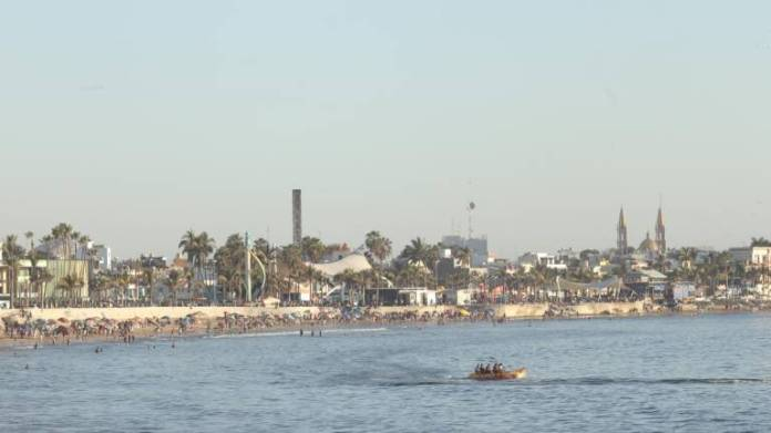 $! More than 10 thousand bathers flock to the beaches of Mazatlán between Saturday and Sunday