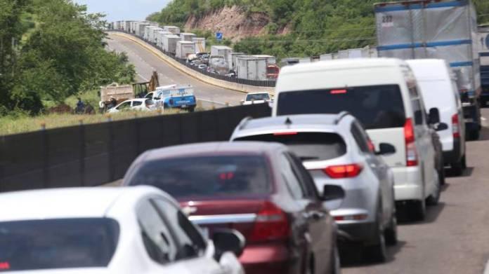 Carreteras de Mazatlán están saturadas por cierre de autopista a Culiacán