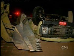 Trator foi usado para tirar o caminhão do local