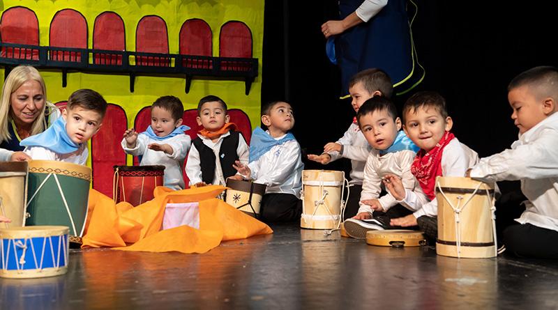 Los Jardines Maternales Municipales celebraron la Semana de Mayo en el Teatro Martinelli